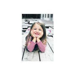 Foto naklejka samoprzylepna 100 x 100 cm - Dziewczynka leży na drewnianej ławce