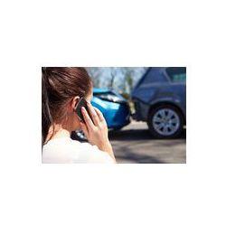 Foto naklejka samoprzylepna 100 x 100 cm - Samica podejmowania kierowca telefon po wypadku drogowym